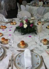 Mise en place elegante per le nozze con centrotavola di rose