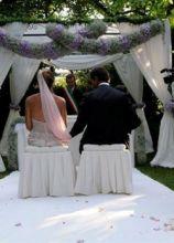 Addobbi di fiori per la cerimonia di nozze in giardino