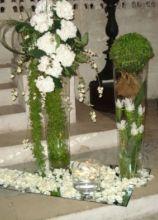 Addobbi di fiori in vasi alti per la cerimonia in chiesa