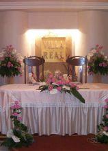 Fiori bianchi e rosa per il tavolo degli sposi