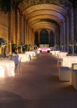Allestimento di un matrimonio con tavoli luminosi