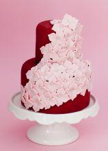 Torta nuziale rossa con fiori rosa