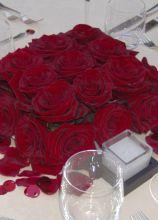 Centrotavola di rose rosse per il matrimonio