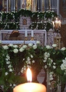 Fiori bianchi per l'altare in chiesa