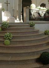 Addobbi floreali dalla forma sferica per il matrimonio in chiesa