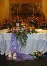 Allestimento floreale del tavolo degli sposi