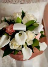 Il bouquet romantico: rose bianche e calle