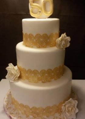 Torta multipiano con dettagli oro