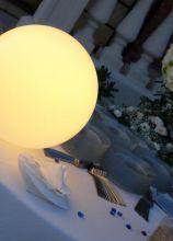 Sfera luminosa: un dettaglio di design per un matrimonio esclusivo