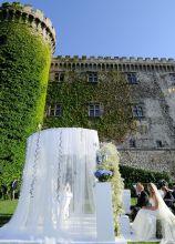 Gazebo con veli bianchi per la cerimonia presso la location di matrimonio