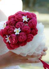 Bouquet per la sposa realizzato con rose e margherite all'uncinetto