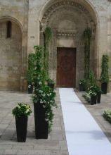Vasi di fiori per l'entrata della chiesa