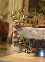 Allestimento floreale rosa per l'altare