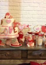 Wedding dessert table sui toni del rosso