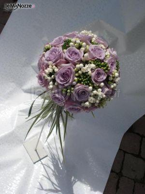 Allestimento floreale rotondo con rose lilla