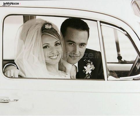 Sposa e sposo in automobile