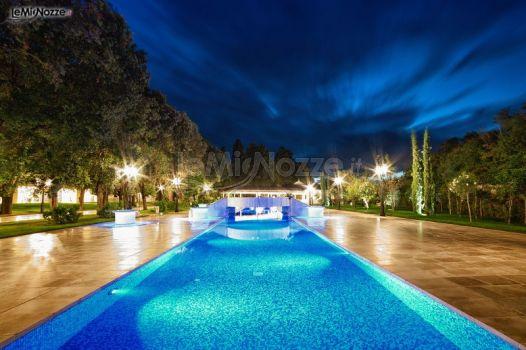 La piscina dell villa illuminata per un ricevimento di for Addobbi piscina per matrimonio