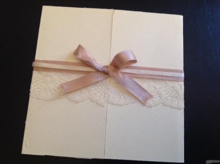 Partecipazione di matrimonio con merletti e fiocco in raso