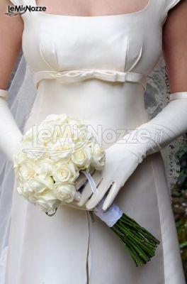 Abiti da sposa con guanti e fiocco sotto il seno