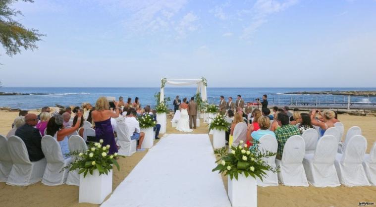 Momento della cerimonia sulla spiaggia