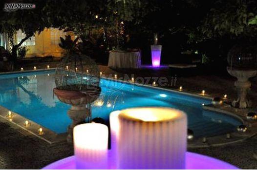 Piscina illuminata per un matrimonio di sera tenuta for Addobbi piscina per matrimonio