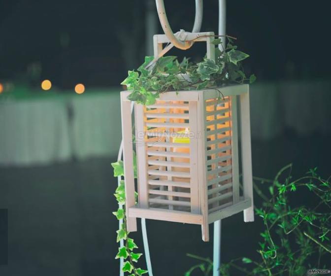 Lanterna in legno con edera rampicante