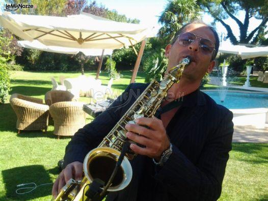 Musica di sax per durante un matrimonio in giardino