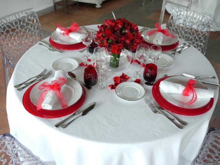 Matrimonio In Bianco E Rosso : Foto matrimonio in rosso mise en place con piatti e