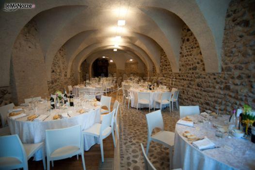 Allestimento dei tavoli di nozze in una cantina