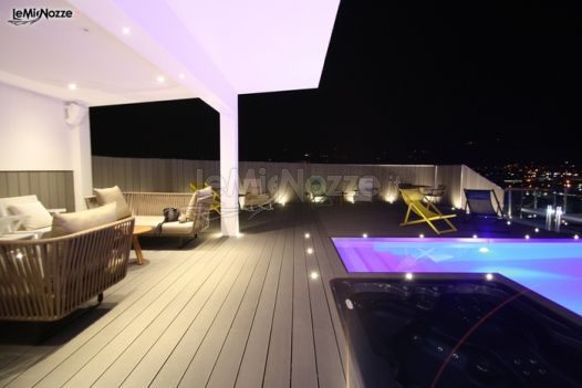 Terrazza panoramica della location con piscina attico summano foto 1