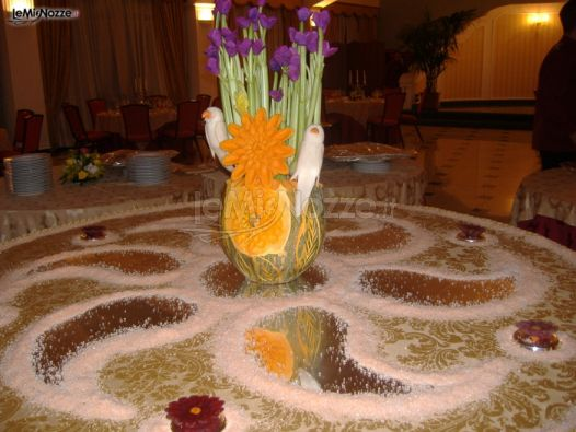 Allestimento del tavolo di nozze con frutta, verdura e fiori