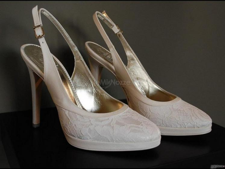 Scarpe in pizzo per la cerimonia di matrimonio