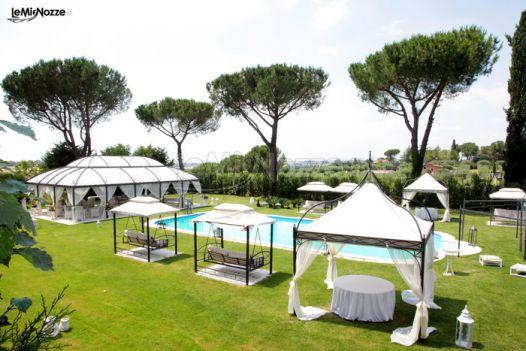 Matrimonio sotto il gazebo a bordo piscina villa fonte for Matrimonio bordo piscina