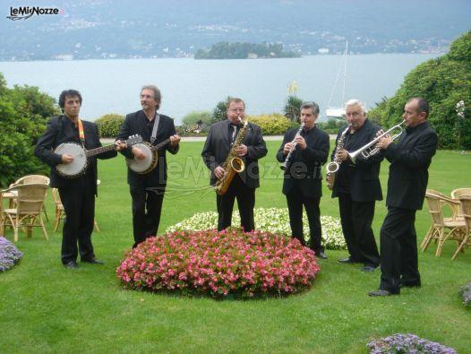 Band durante un'esibizione ad un matrimonio in giardino