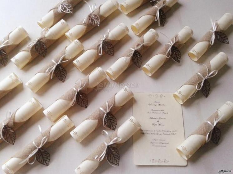 Partecipazioni Matrimonio In Juta : Partecipazioni pergamene arrotolate con la juta e foglia