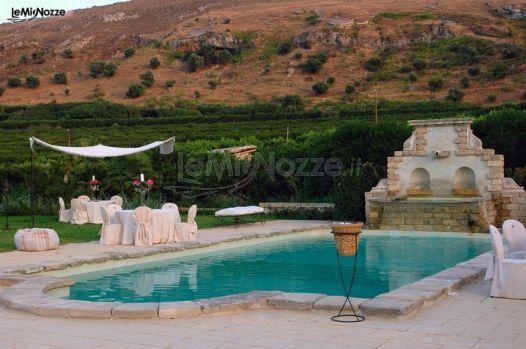 Un matrimonio a bordo piscina castello xirumi for Matrimonio bordo piscina