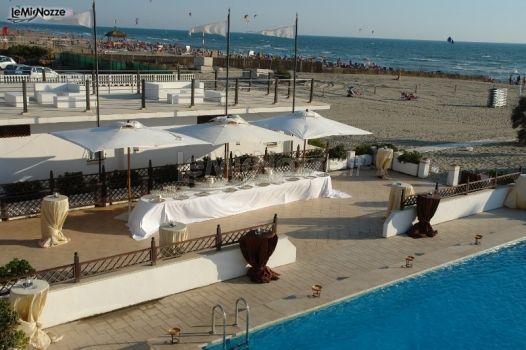 Buffet di matrimonio a bordo piscina castello miramare for Addobbi piscina per matrimonio