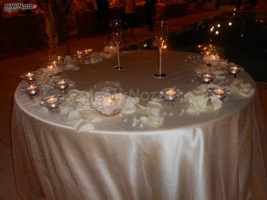 Foto 102 addobbi floreali location allestimento tavolo della torta di nozze - Addobbi tavoli per 18 anni ...