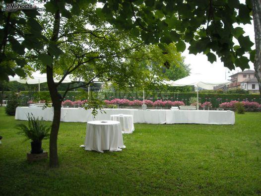 Allestimento tavoli per l 39 aperitivo di matrimonio in giardino villa da porto slaviero foto 10 - Allestimento giardino ...