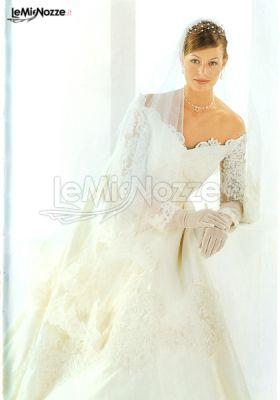 Prezioso abito da sposa con ricami dal grande rigore stilistico