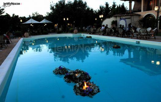 Foto 81 addobbi floreali location allestimento della for Cuscini galleggianti piscina