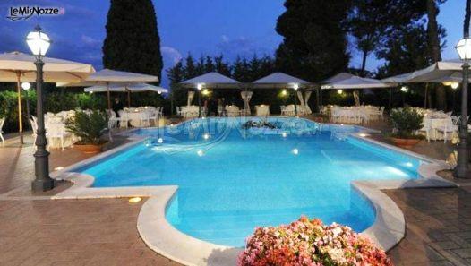 Piscina illuminata per il ricevimento nuziale serale for Addobbi piscina per matrimonio
