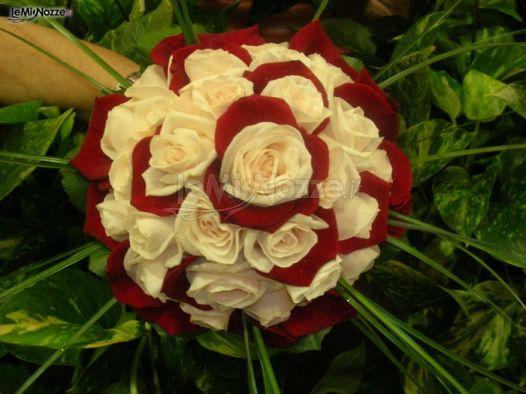 Matrimonio In Bianco E Rosso : Bouquet sposa bianco e rosso petali foto