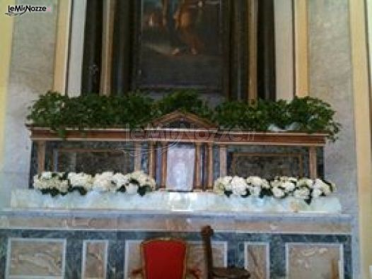 Le Pomelie - Allestimento della chiesa con fiori bianchi per le nozze