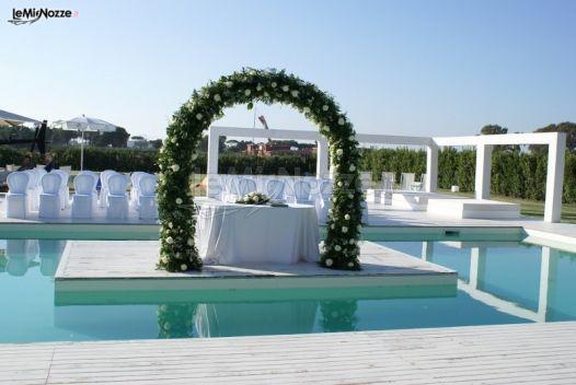 Arco di rose bianche per la cerimonia di nozze in piscina for Addobbi piscina per matrimonio