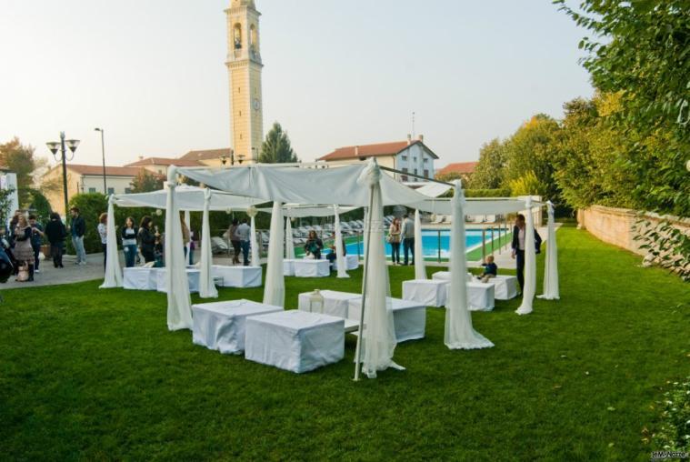 Ristorante Alla Veneziana - Allestimento con gazebo bianchi per il matrimonio in giardino