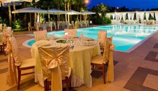Scenografia ricevimento di matrimonio a bordo piscina for Addobbi piscina per matrimonio