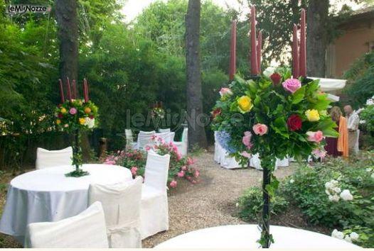 Allestimento dei tavoli di matrimonio in giardino gusto for Allestimento giardino matrimonio