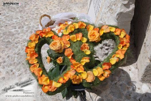 Decorazione di rose a forma di cuore per il matrimonio
