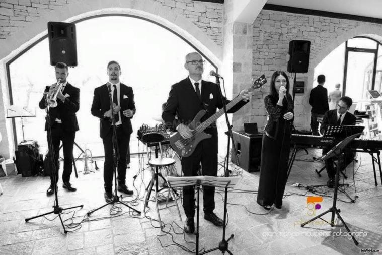Metamorphosis Wedding Band - In sala con abito e cravattino nero